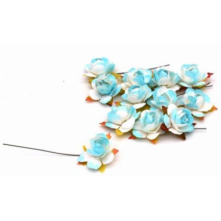 Fiori decorativi azzurri e bianchi con filo di ferro